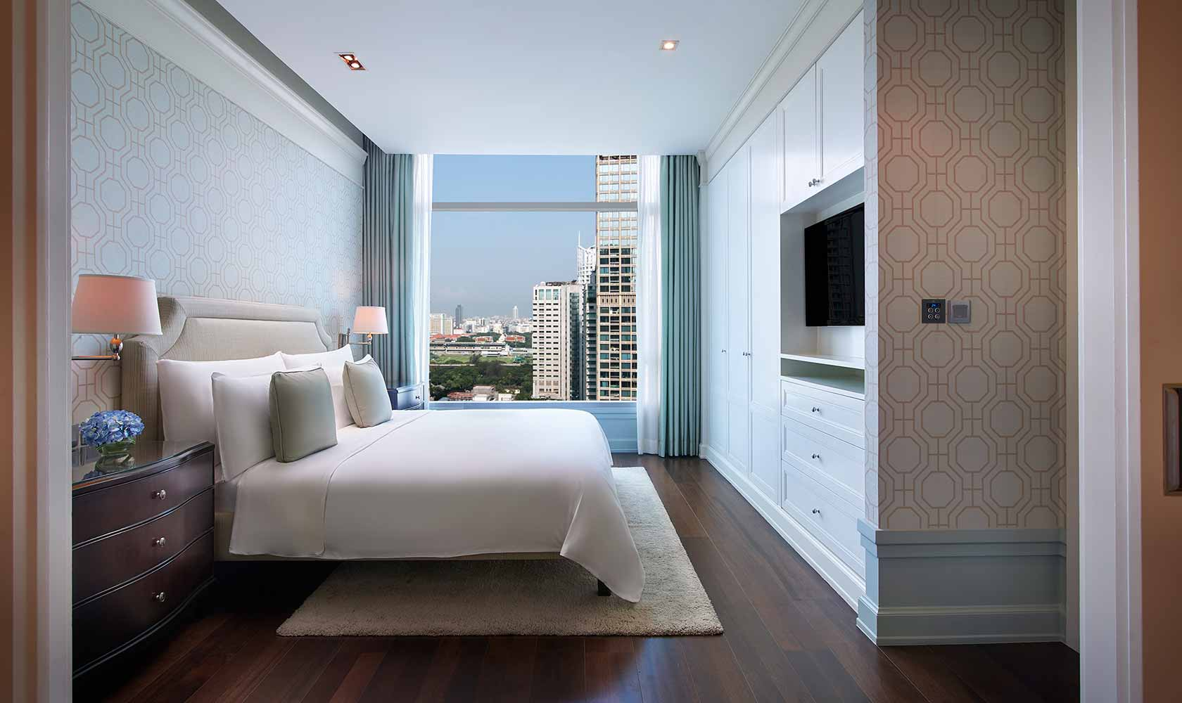 King-sized bed in Executive Suite - Oriental Residence Bangkok