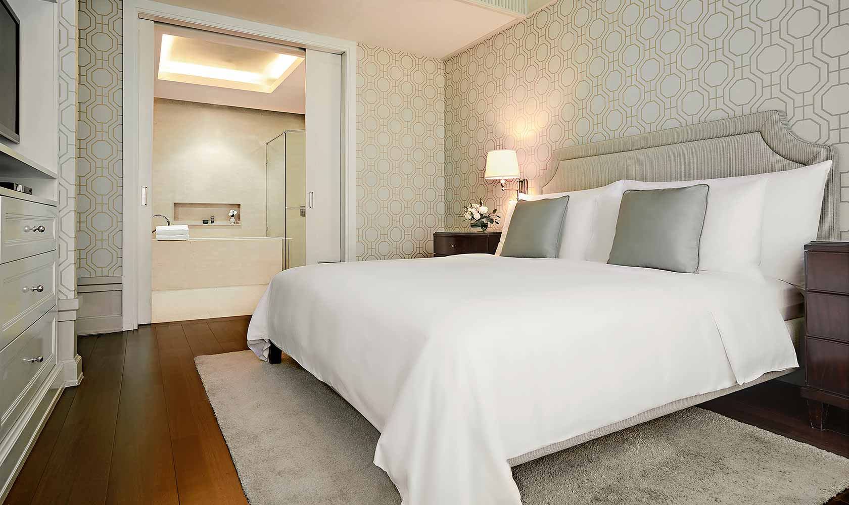 King-sized bed in One Bedroom Suite City View - Oriental Residence Bangkok
