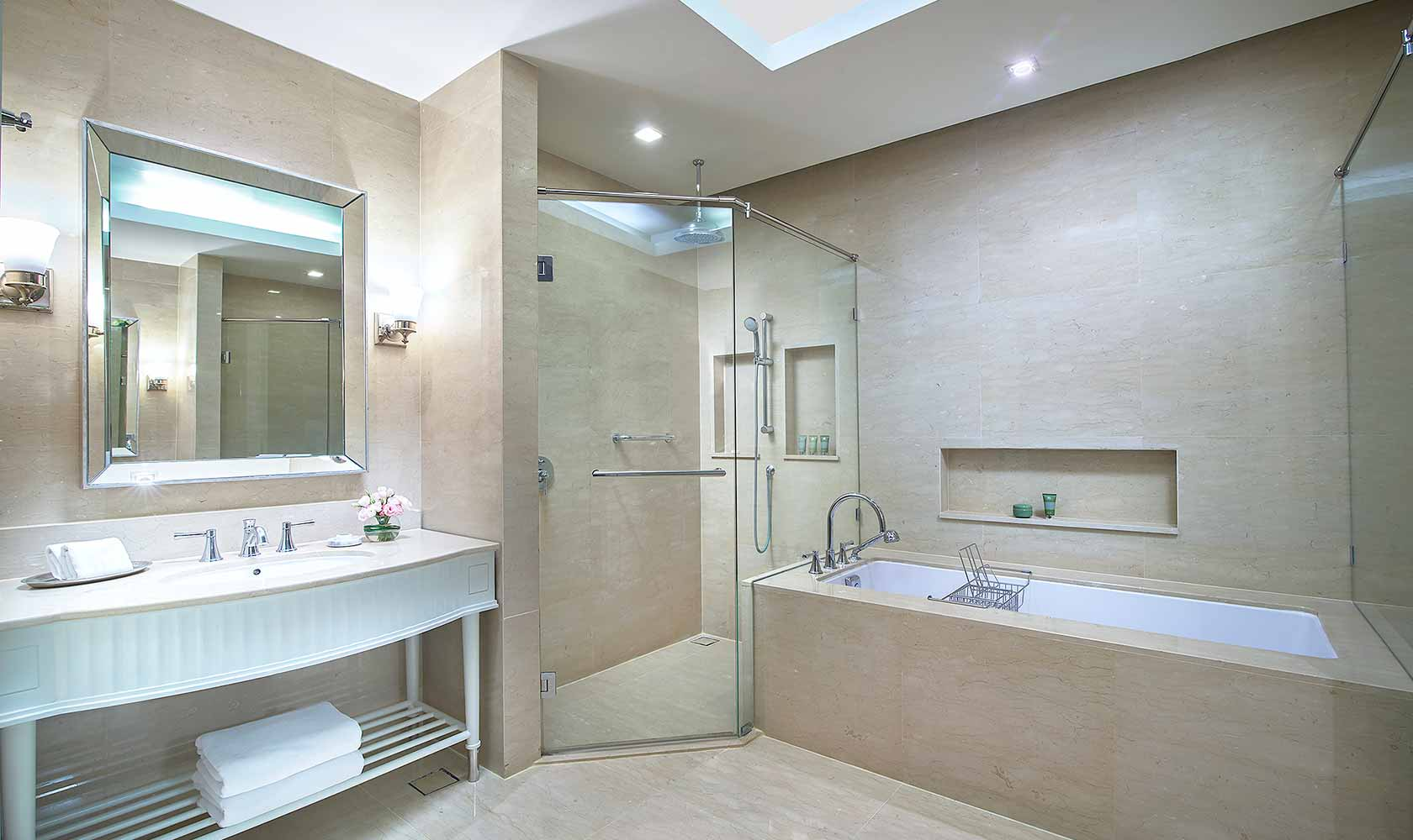 Bathroom in One Bedroom Suite Park View - Oriental Residence Bangkok